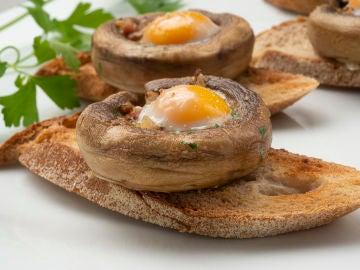 Champiñón relleno de jamón y huevo de codorniz
