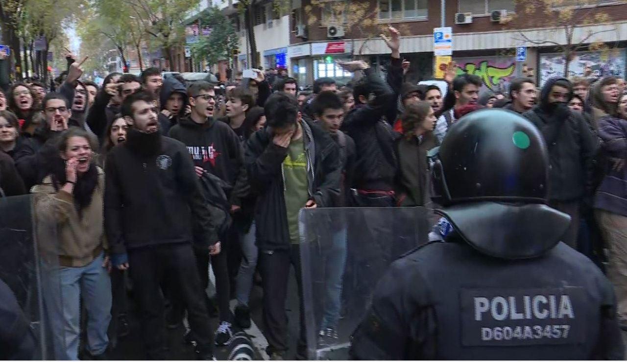 Los Mossos cargan contra un grupo de manifestantes en Barcelona