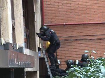 Los Mossos acceden por la ventana para proceder a un desahucio