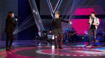 Puro espectáculo con Arkano, Julio Gómez y Sofía Esteban interpretando el exitazo 'Déjala que baile' en la Final de 'La Voz Kids'