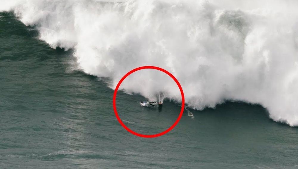 Surfero golpeado por una ola