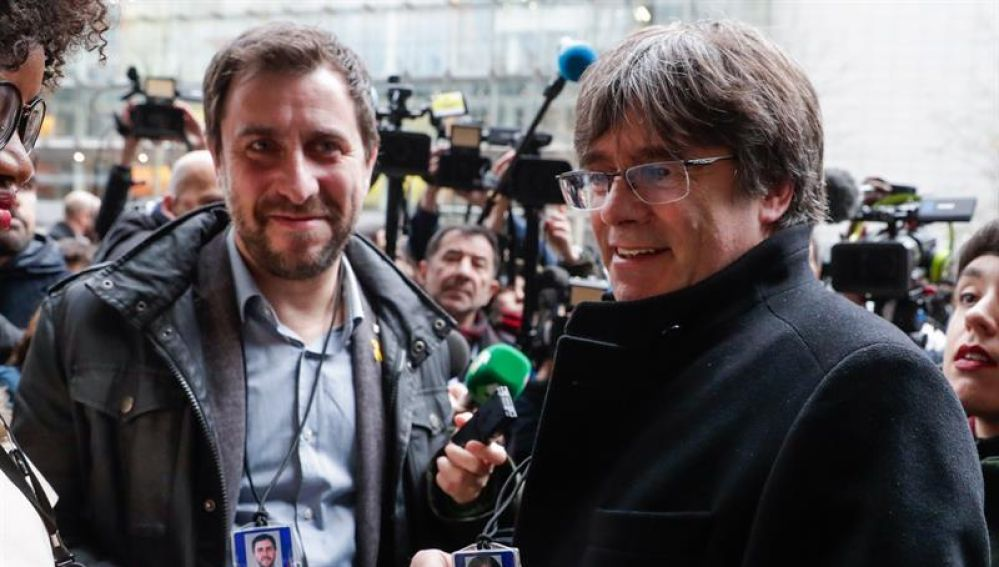 Puigdemont  muestra su acreditación como eurodiputado