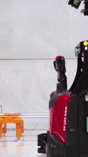 La fábrica sin cables, el lugar donde los robots y los humanos son compañeros de trabajo