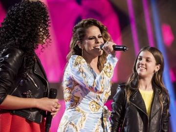 El plató se ilumina con la actuación de Pastora Soler cantando 'La mala costumbre' con Aysha Bengoetxea y Patricia García en la Final de 'La Voz Kids'