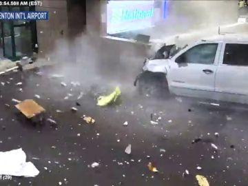 Un todoterreno a toda velocidad se estrella contra una pared de un aeropuerto de Florida