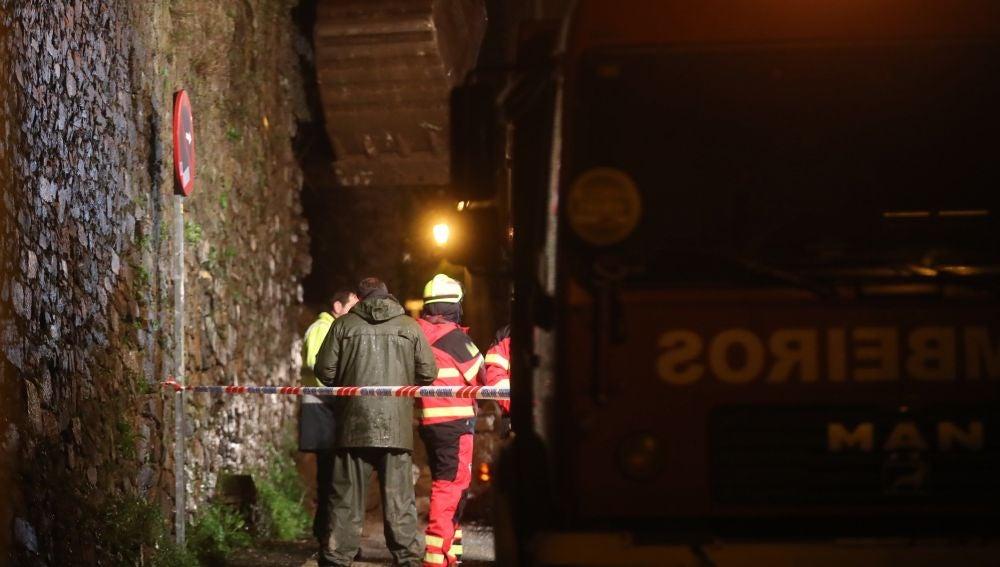 Servicios de emergencia en el lugar donde ha fallecido un hombre por el temporal