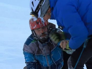 Momento en el que los servicios de rescate sacan a un esquiador de una grieta en el Mont Blanc