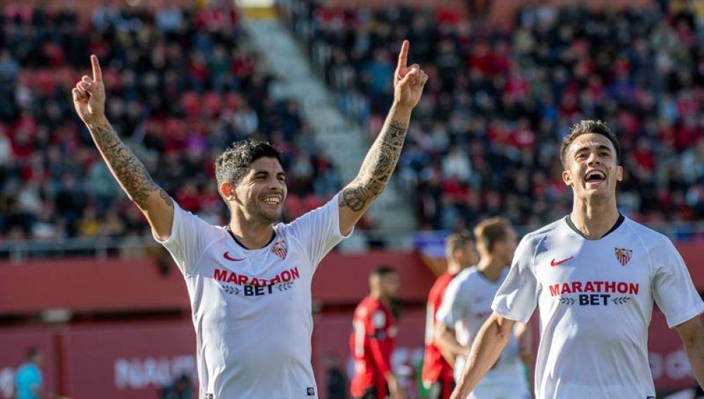 El centrocampista argentino Éver Banega y el defensor Sergio Reguilón del Sevilla, celebran un gol ante el RCD Mallorca