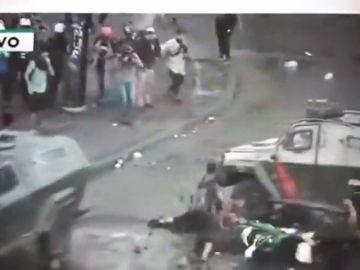 Un tanque de carabineros de Chile atropella a un joven en una manifestación
