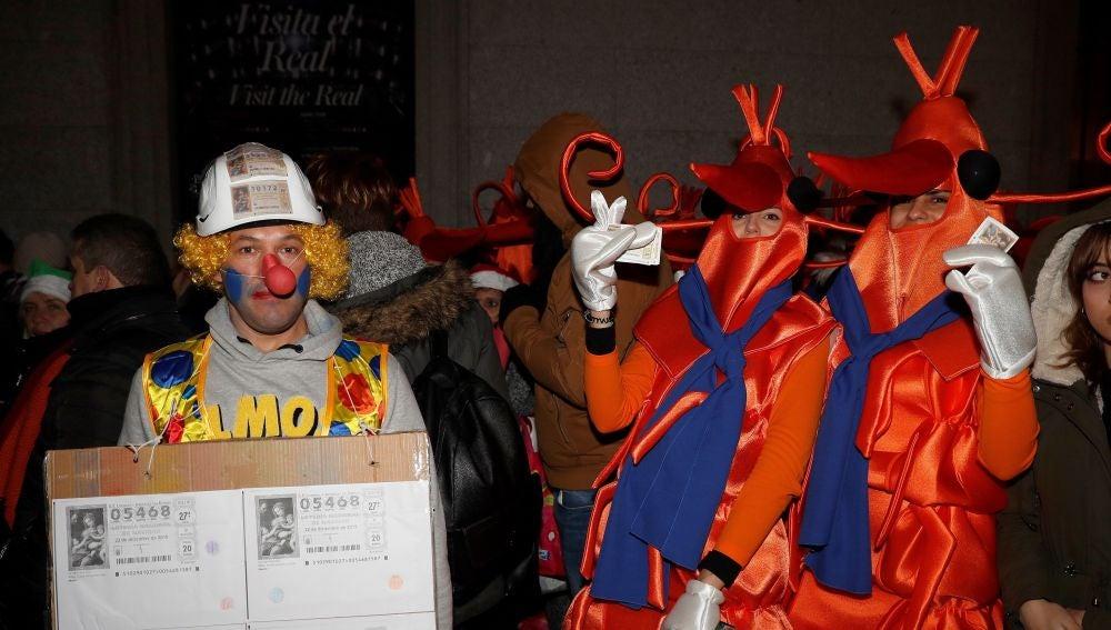 Lotería de Navidad: decenas de personas se concentran a las puertas del Teatro Real