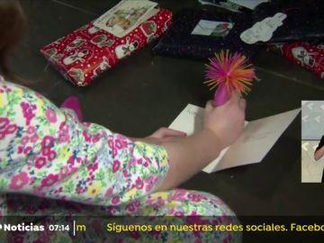 Una niña encuentra un mensaje de un preso en una felicitación navideña