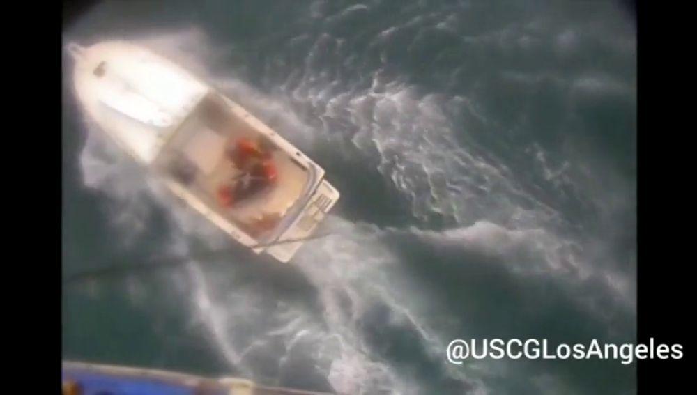 El momento del rescate de un surfista en California al que acababa de morder un tiburón