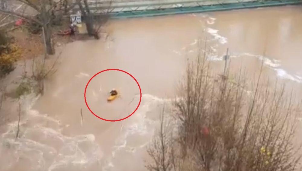 El temerario piragüista en el río Jucar