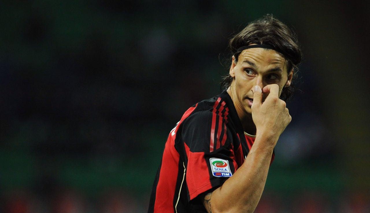 Ibrahimovic se toca la nariz durante un partido con el Milan en 2010