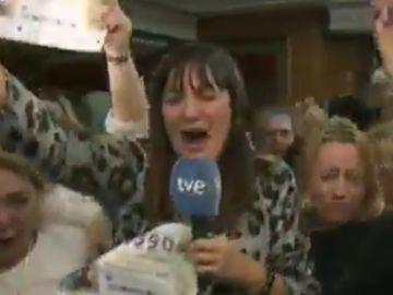 La reportera Natalia Escudero celebrando el premio