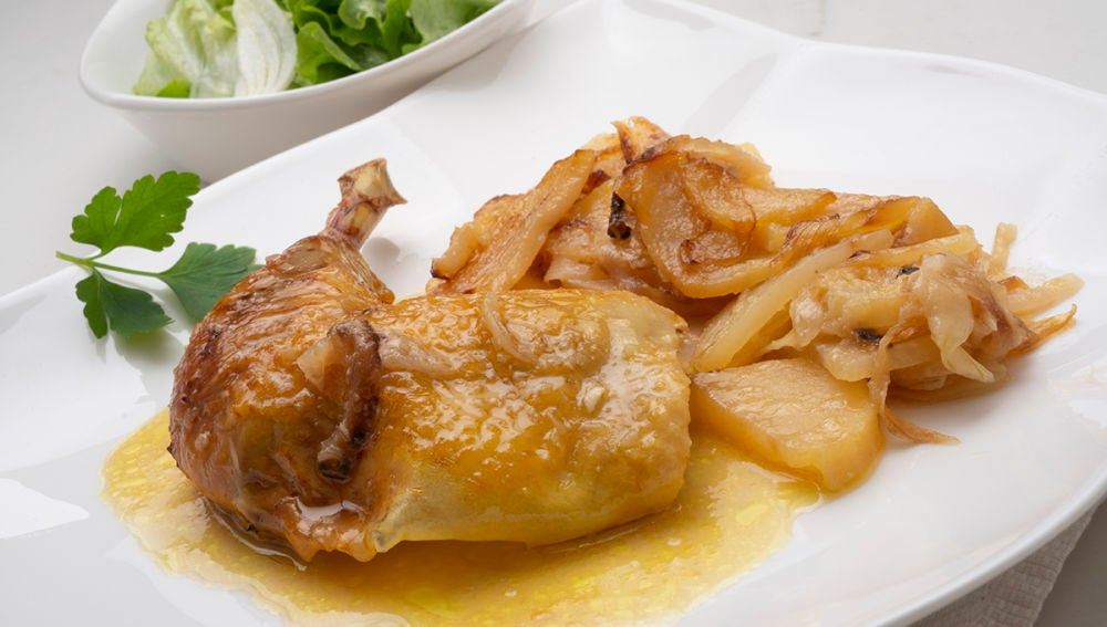 Pollo asado al txakoli con patatas panaderas