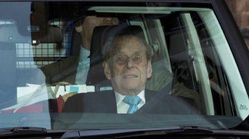 El duque de Edimburgo abandona el hospital tras recibir el alta médica