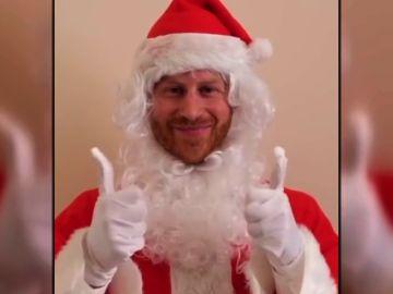 El Príncipe Harry se disfraza de Papá Noel para felicitar la Navidad a niños huérfanos