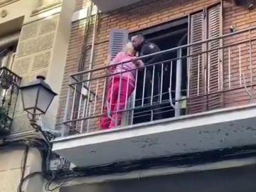 Una anciana da las gracias a un policía que le rescató dándole un beso en la mejilla