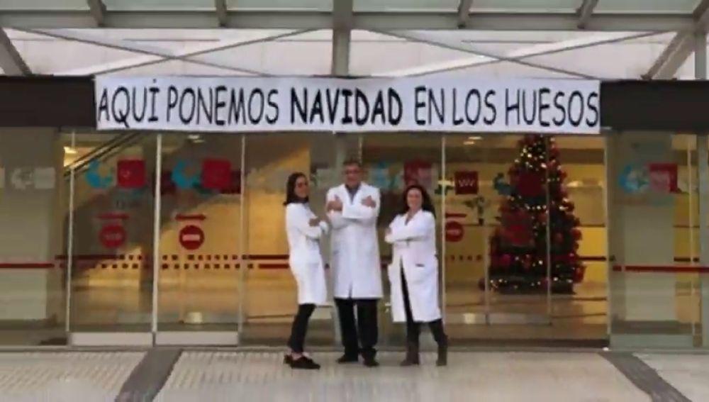 """El Hospital Universitario Puerta de Hierro felicita la navidad con un villancico dirigido a traumatología: """"Pon navidad en tus huesos"""""""