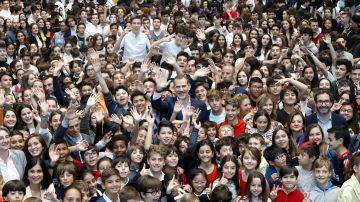 Felipe VI con niños en un acto de COTEC