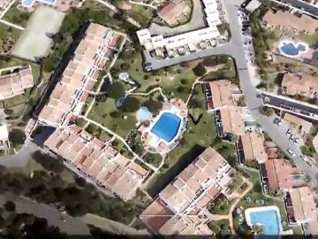 Imagen aérea de la piscina donde fallecieron ahogadas este martes tres personas