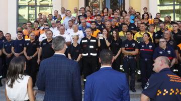Los reyes con los equipos de emergencias durante las inundaciones en Murcia