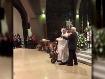 Un párroco de una iglesia en Dublín abandona la Misa del Gallo en patinete elétrico