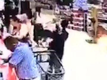 Un vídeo capta el momento en el que secuestran a un niño en un supermercado