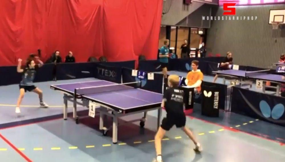 Secuencia del espectacular punto de ping pong entre dos niños
