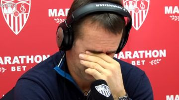 Julen Lopetegui durante una entrevista con la Radio del Sevilla FC
