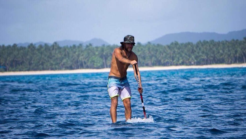 Diego mientras surfeaba en Filipinas