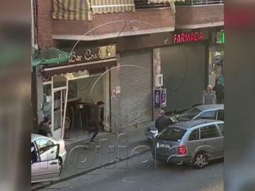 Brutal pelea con palos, hachas y un coche empotrado en un bar de Badalona