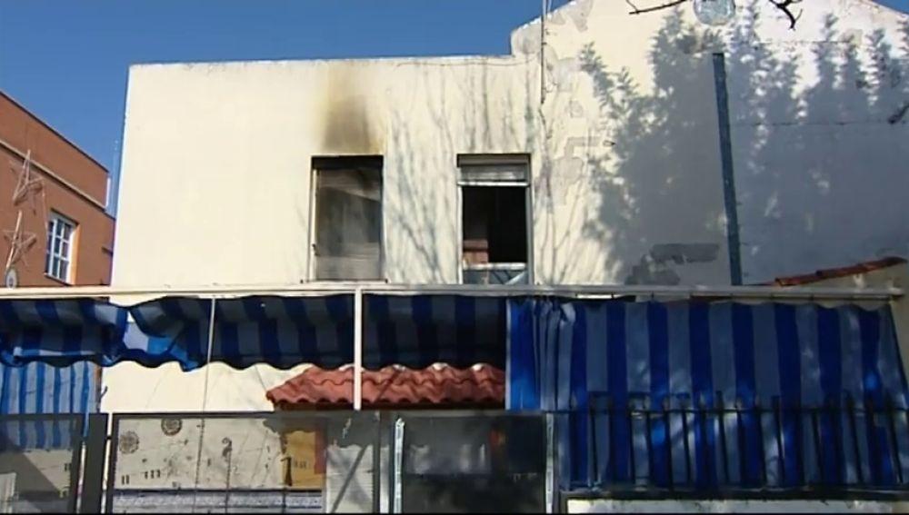 Intenta quemar a su mujer prendiendo fuego a la casa y un vecino la salva en Castilleja de la Cuesta