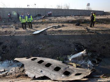 Restos de Boeing 737 siniestrado. Ucrania no se cree el accidente y apunta a un impacto de un misil o a un atentado