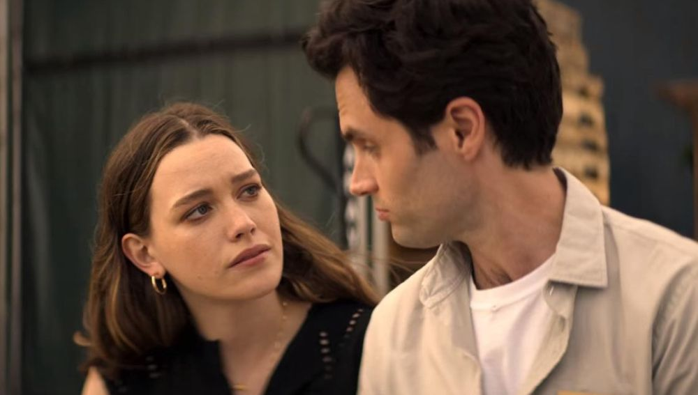 Victoria Pedretti y Penn Badgley como Love y Joe en 'You'