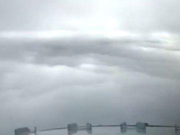 Un piloto graba un espectacular aterrizaje en medio de la niebla