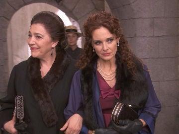 Francisca Montenegro aparece en la plaza del pueblo