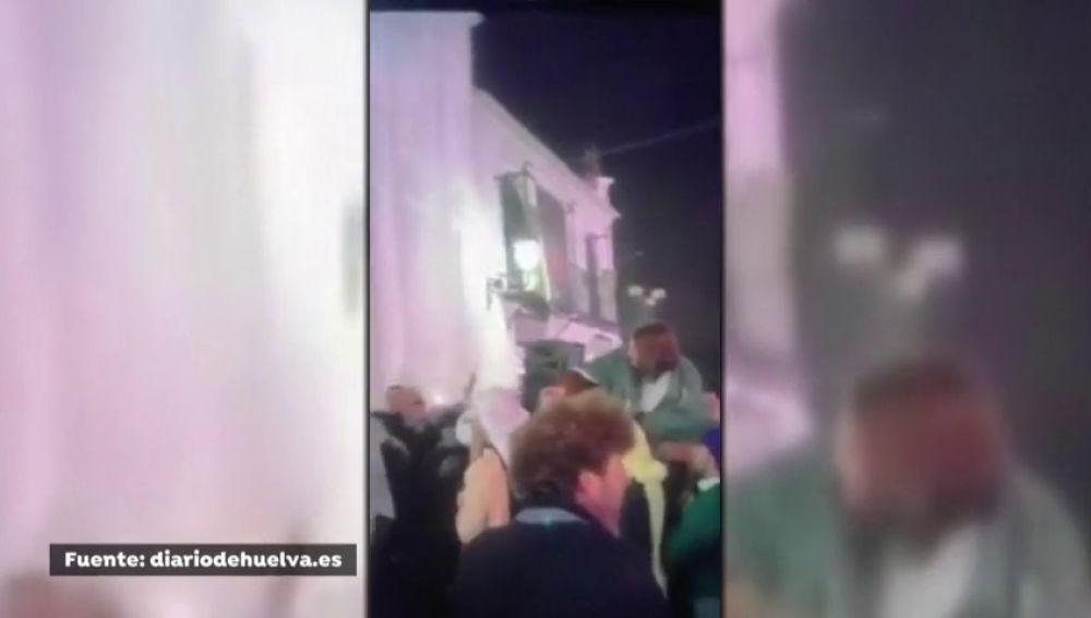 La simulación de una procesión en la ermita del Rocío durante la Nochevieja que divide a la gente de Huelva