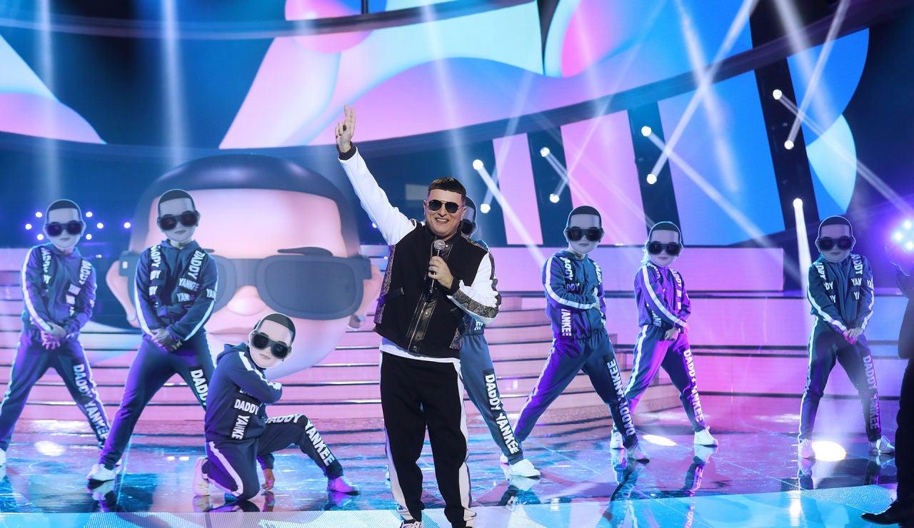 El Monaguillo lo da todo en el escenario como Daddy Yankee en 'Con calma'