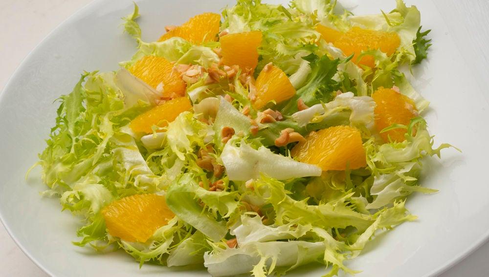 Ensalada de escarola, naranja y cacahuetes