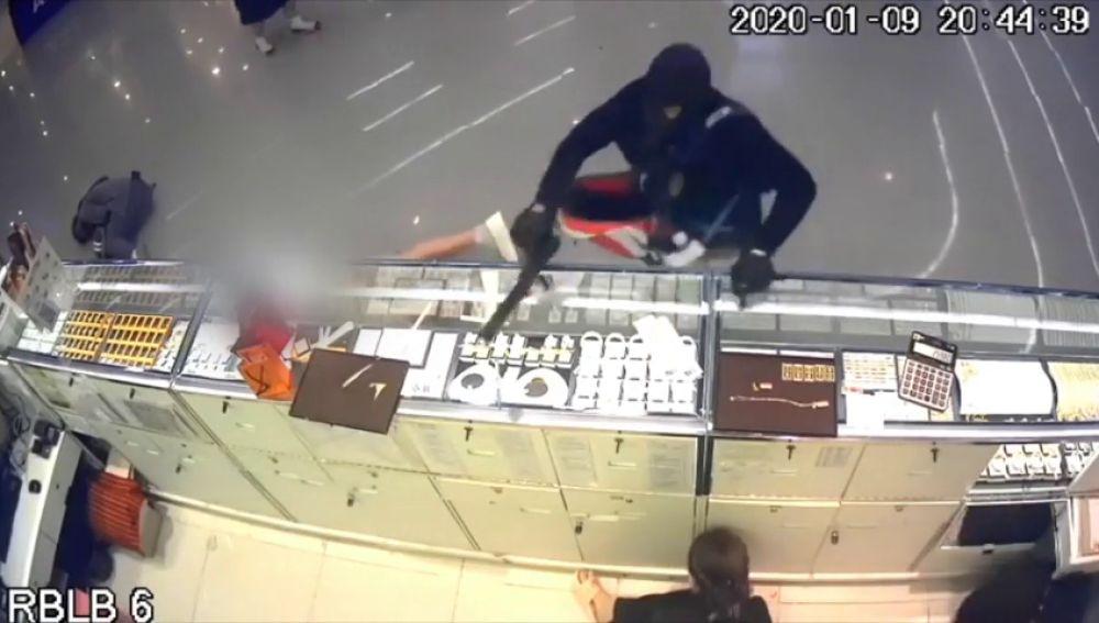 La terrible escena en la que un ladrón dispara y mata a un niño de dos años en una joyería de Tailandia