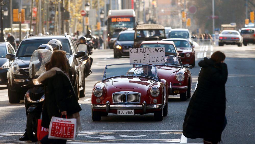 Más de centenar de coches históricos se movilizan en Barcelona contra la ZBE