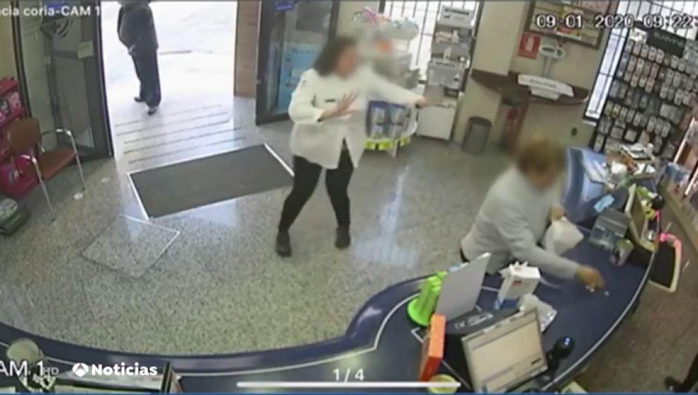 Un hombre asalta a mano armada una farmacia de Coria del Río (Sevilla) y es grabado por las cámaras de seguridad