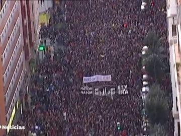 Miles de personas participan en una manifestación por el acercamiento de los etarras al País Vasco