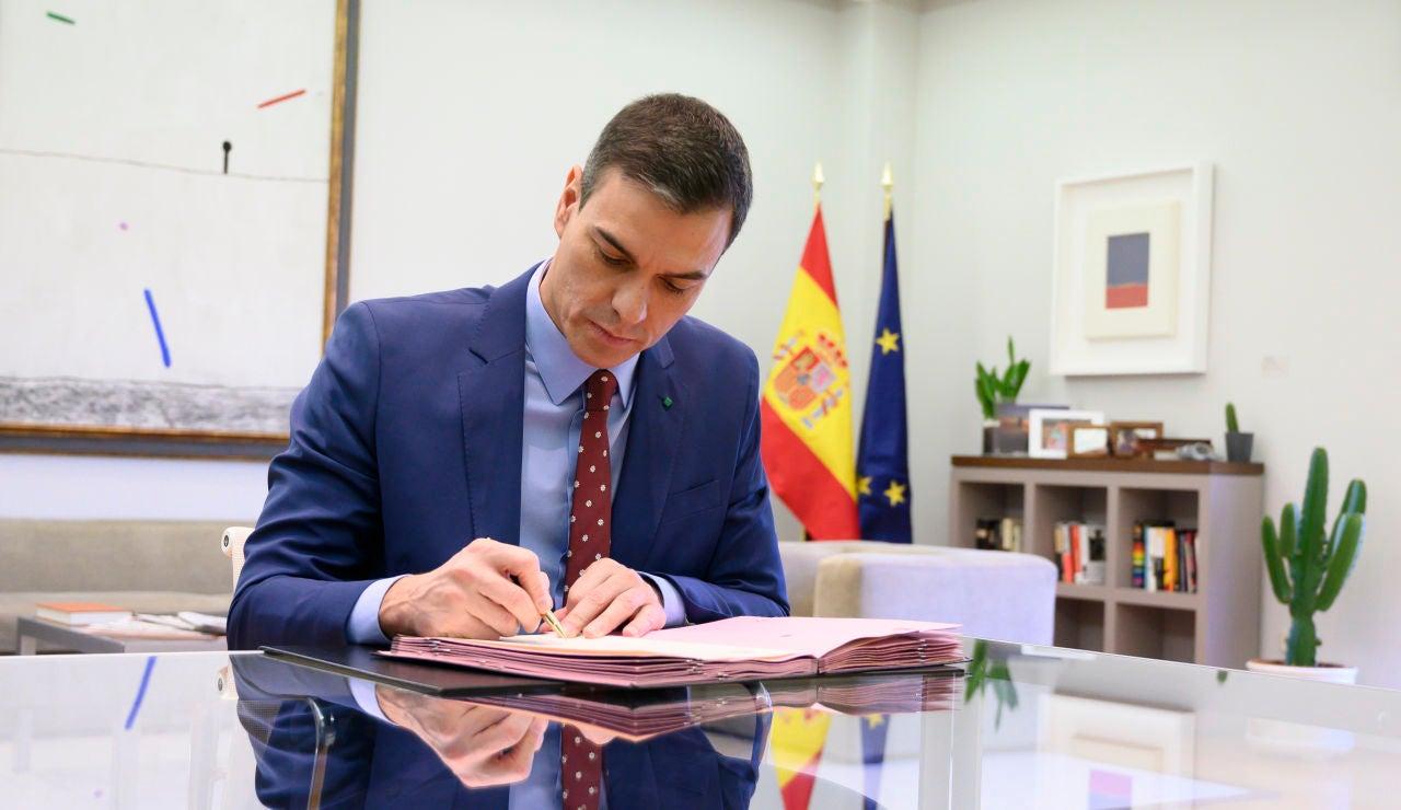 Pedro Sánchez firmando los decretos de los nombramientos