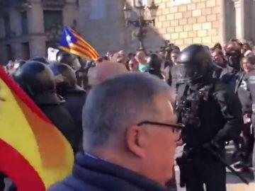 Cruce de gritos e insultos entre los simpatizantes de Vox y los CDR concentrados en Barcelona