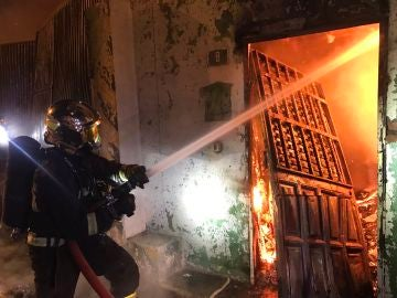 Los Bomberos han atacado el incendio confinándolo a la zona afectada y evitando su propagación