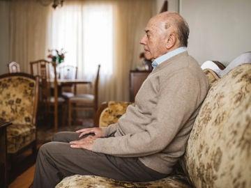 Anciano en sofá