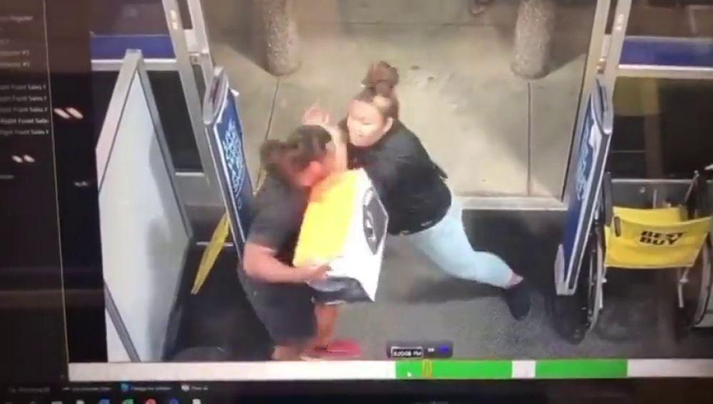 Una mujer evita un robo en una tienda y le contratan en la UFC
